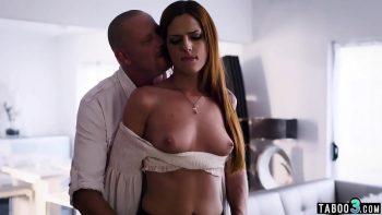 يخلع صدريته ويبدأ في صفعها على الثدي ثم يسحب قضيبها