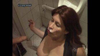 أحمر الشعر مارس الجنس في مرحاض عام