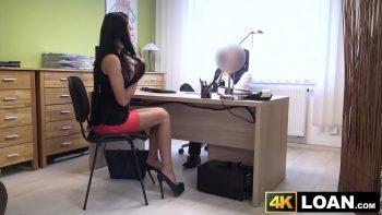 المدير الجديد الذي تولى شركتها يمارس الجنس معها