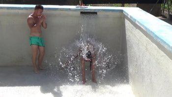 لعبة جيدة بعد السباحة في المسبح