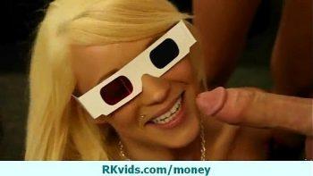 الفتيات اللواتي يرتدين نظارات ثلاثية الأبعاد يريدون أن ينقعن في الماء