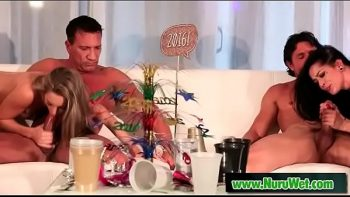 يمارسون الجنس مع اثنين من العاهرات الذين يدفعون في النهاية