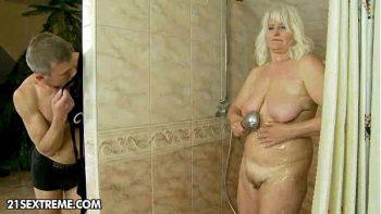شقراء مع كبير الثدي اشتعلت من قبل رجلها أثناء الاستحمام الساخنة