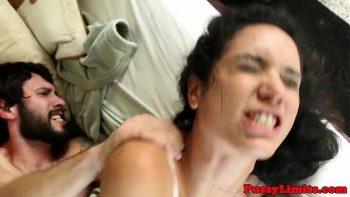 امرأة سمراء مثيرة تمارس لعبة جنسية مجنونة مع رجل يتمتع بقدرات جيدة