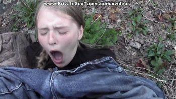 شقراء تؤخذ إلى الغابة الرطب ومارس الجنس من قبل شخص غريب
