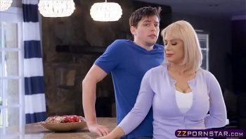 لعبة الجنس السريع في المطبخ مع شقراء جميلة قبل الخروج