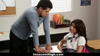 يقوم المعلم بضرب بوسها ويمنحها اللسان في الصف