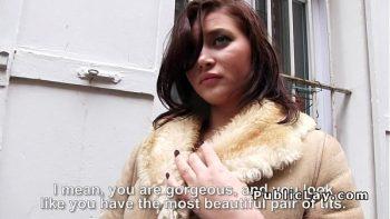 امرأة سمراء وشم مأخوذة من الشارع ومارس الجنس في الحرارة
