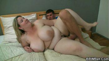 شقراء الدهون مع ديكس ضخمة استغل من قبل واحد في غرفة النوم