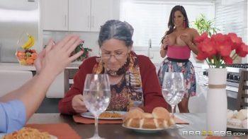 تضاجع مع الصبي بينما جدتها تعد الإفطار