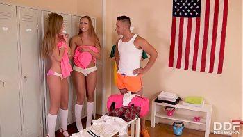 الإباحية في غرفة خلع الملابس مع اثنين من الهرات الشباب ومدربهم الجميل