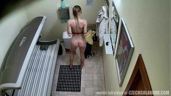 تم تصويره بأكميرا مخفية وهي تعري جسدها العاري وتدخل غرفة التشمس