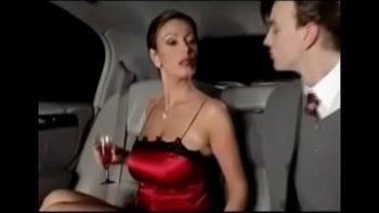 في وقت متأخر من الليل يأخذ زوجته إلى الفندق لممارسة الجنس الجماعي