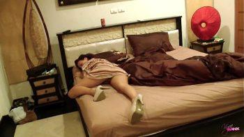 يذهب رجل يائس إلى زوجته ويضاجعها أثناء نومه