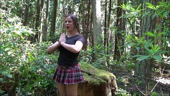 إنه يمارس الجنس مع صديقته في منتصف الغابة