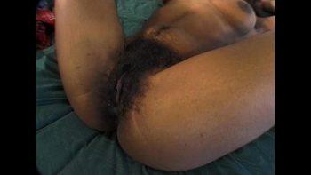 امرأة سوداء ذات شعر كبير على بوسها مارس الجنس بشدة من قبل أفضل صديق لها
