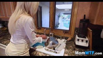 الطباخ ذو الصدور الكبيرة والحمار مارس الجنس بالقرب من الحوض حيث تغسل الأطباق