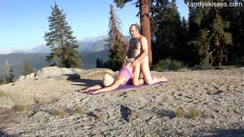 إنها تمارس اليوجا وهو يضاجعها من الخلف