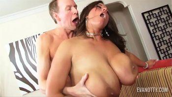 ضخمة الصدر كس مارس الجنس من قبل واحد على الأريكة بقوة