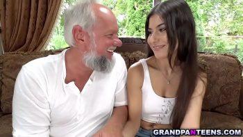 الرجل ذو الشعر الأبيض يضاجع ابنة أخته في موزدا الصغيرة