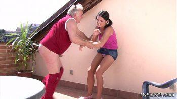 رجل عجوز يمارس الجنس مع طفل