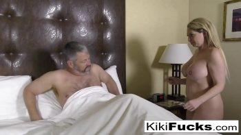 تدخل الشقراء رجلاً عارياً في غرفة النوم وتمارس الجنس معه