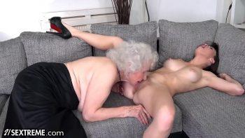 بابوتا البالغة من العمر 70 عامًا تلعق ابنة أختها الصغيرة في كس