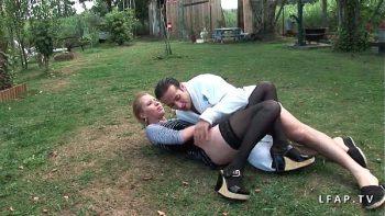 يبدأ اثنان من المجانين في ممارسة الجنس في الخارج في الفناء الخلفي