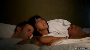 تنام عارية مع رجلين مجهولين